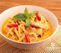 Curry rouge de poulet via Thai Cookbook, Easy Sesame Chicken, Chicken Pasta Recipes, Thai Recipes, Thai Red Curry, Simple, Food, Pasta Meals, Eten
