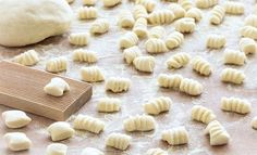 To Make Gnocchi Making gnocchi from scratch is much less complicated than it seems. You only need 2 ingredients: potatoes and flour- Making gnocchi from scratch is much less complicated than it seems. You only need 2 ingredients: potatoes and flour- Gnocchi Recipes, Pasta Recipes, Vegan Recipes, Cooking Recipes, Chicken Recipes, Cooking Tips, Homemade Pasta, How To Make Homemade, Homemade Recipe