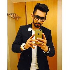 Ghaint look really Jaan kadan waali selfie