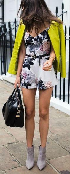 Chica usando un romper con estampados florales