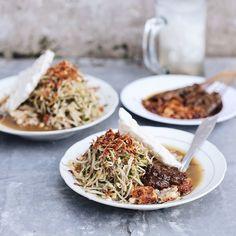 Aduh sambel petisnya manggil2 nih  Sumuk2 gini enaknya jajan Lontong Balap Rajawali ga alpa krupuk putih plus sate kerang seporsi. Es Degan? Wajib buat penawar panasnya hati.. eh.. cuaca. // Jl. Krembangan Timur No 32D #Surabaya.  #inijiegram #food #TableToTable #kuliner #culinary #kulinersurabaya