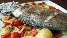 SPIGOLA AL FORNO CON POMODORI E PATATE - www.iopreparo.com: è un raffinato e saporito secondo di pesce dalla carne soda, bianca e saporita. Ideale anche per una cena in famiglia.