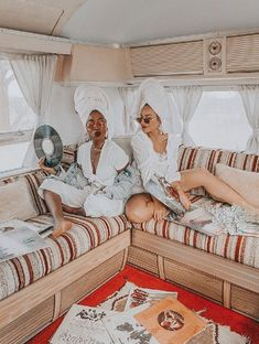 Two girls pose in an Airstream in Joshua Tree for a photoshoot Airstream Sport, Airstream Camping, Fake Girls, Two Girls, Girls Night, Sister Poses, Girl Poses, Cousin Photo Shoots, Glamping