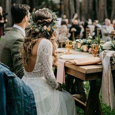 Juro que tentei!! Mas não consigo dizer o que mais gosto nessa foto... Cabelo desalinhado perfeitamente, vestido com as costas a mostra na medida certa, a decoração ou essa jaqueta jeans que eu não estou sabendo lidar... E vocês,o que mais gostaram? Photo by @lukeandmallory #maurenbastoseventos #mbeventos #inspiracao #vestidodenoiva #weddingplaner #love #cerimonialista #organizacaodeeventos