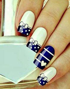 Demasiado bellas uñas azul con blanco en una combinacion hermosa!