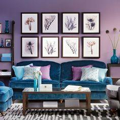 aménagement de salon en bleue et violet tableau en fleurs sur le mur