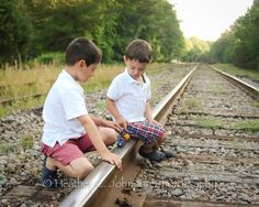 125 Family & Sibling Photos: Posing Ideas & Inspiration - Harvard Homemaker by mari Road Photography, Sibling Photography, Cute Photography, Children Photography, Large Family Poses, Family Posing, Sibling Photos, Family Photos, Track Pictures