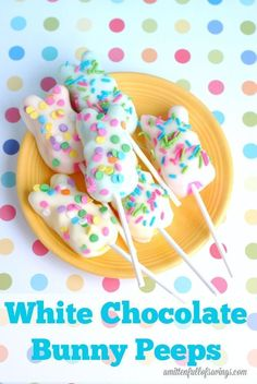 Easter Recipe: White Chocolate Bunny Peeps Get creative with peeps this weekend! Jelly beans and egghunts are in the near future, surprise your kids with this fun chocolate covered bunny peep idea!  #peeps #easter #EasterTreats #EasterBasketTreats #EasterDesserts