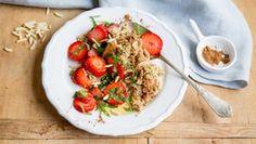 Quinoabrei mit Erdbeeren und gehackten Mandeln auf einem Teller. Quinoa, Crohns, Fodmap, Bruschetta, Chana Masala, Risotto, Food And Drink, Rice, Chicken