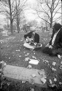 Dylan & Ginsberg sur la tombe de Jack Kerouac.  (Trouvé sur 'Sweet Sixties in Leather Boots' http://www.facebook.com/Sweetsixtiesinleatherboots)