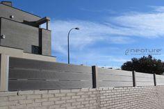 Cerramiento exterior con tramos en color Coffee y postes sintéticos en Color Sand. http://www.neoture.es/productos/cerramientos/neoblock/