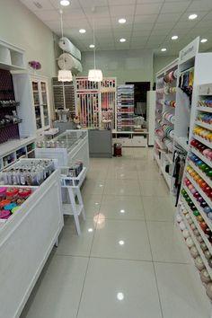 interior tienda, hilos y cintas