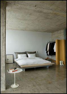 Los hogares que habitamos: Viviendo en una casa de frío cemento. Living in a cold house concrete.