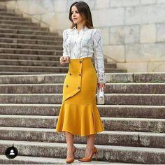 Saia evangélica amarela -roupas femininas - moda feminina - roupas evangélica - moda evangélica - saias midi - saia caramelo - saias amarela - saias estilosas - mulher virtuosa - Paola Santana - looks da paola Santana - roupas da paola santana Fashion Moda, 70s Fashion, Modest Fashion, Hijab Fashion, Korean Fashion, Fashion Dresses, Fashion Looks, Fashion Trends, Skirt Outfits