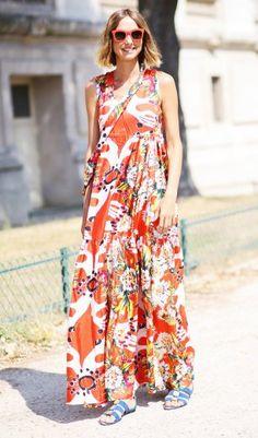 Sommertrend: Maxi-Kleid  Passend zum Superwetter verbreitet Fashioninsider Candela Novembre super Wochenendstimmung während der Haute Couture Modewoche in Paris. Sie trägt ein buntes Maxi-Kleid mit Blumen-Print.