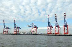 Der Jade Weser Port in Wilhelmshaven. Die Kräne verladen Container auf die kolossalen Containerschiffe.