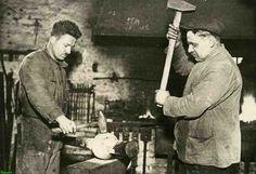 0212459 Coll. Warnar: Torenuurwerkenfabriek Eijsbouts. Het smeden van een klepel door Noud Michiels en H. Verberne.