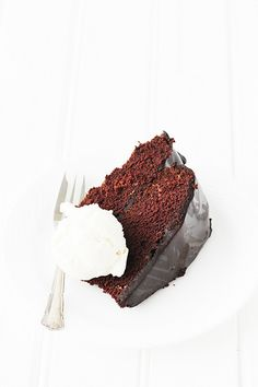 This chocolatey, moist Devil's Food Cake with Midnight Ganache will satisfy your chocolate cravings. Sweet Recipes, Cake Recipes, Dessert Recipes, Desserts, Yummy Treats, Sweet Treats, Yummy Food, Cupcakes, Cupcake Cakes