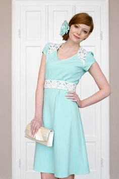 Labude - Kleid Gretha ist ein türkisfarbenes, ausgestelltes Kleid aus weich fallendem Jerseymaterial mit aus Spitze gefertigter Passe unterlegt mit Dupionseide