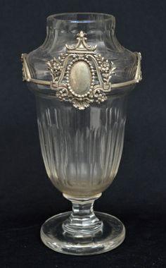 Vaso em cristal francês baccarat, ricamente lapidado, encimado por aro em prata contrastada, medindo