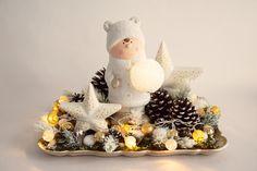 Detailliert dekoriertes Tablett mit Winterkind und Sternen. Led, Kugel, Snow Globes, Home Decor, Stars, Decorating, Kids, Decoration Home, Room Decor