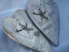 Dekoracyjne, postarzane serca z krasnalem Wroclove.