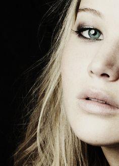 Jennifer Lawrence :: a subtle dark rimmed smokey eye.