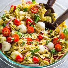🇮🇹❤️ Not sure what to cook for dinner tonight? I've got you covered with this 20-Minute Tomato, Basil, and Mozzarella Pasta Salad. So fresh. So flavorful! #recipe link in my profile @bakerbynature 👉🏻