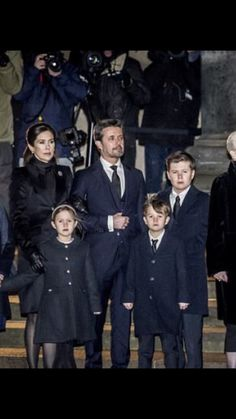 16/02-2018 The Royal Family follows Prince Henrik's casket into Christianborg Palace Church. While the prince is playing Castrum Doloris for the next three days, music will always be played. With a 40-minute interval, various selected artists will be changed to sing and play. It is among other things opera singers and organists from different churches