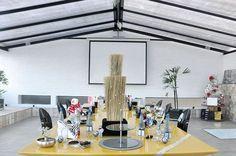 >>Série ex-loft Di e Dri<< #loftdiedri  O andar de cima do nosso ex-loft era composto por lavanderia, piscina, anexo e terraço descoberto, churrasqueira e um grande salão cobertos! Esta foto é da churrasqueira, tínhamos esta grande mesa amarela laqueada!  #brutalismo #decorindustrial #concreteporn #HomeDiEDri
