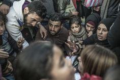 ESPERAS. La corriente de refugiados y migrantes que cruzan los Balcanes sufre cortocircuitos a menudo. Una huelga, un nuevo requisito, una frontera que se cierra. Todo ello provoca tapones que obligan a la gente a pasar varios días en un mismo sitio y a gastarse el poco dinero que llevan encima, a risgo incluso de quedarse sin recursos para llegar a su destino. La espera genera tensiones y se reportan peleas a diario.  (c) Pablo Tosco / Oxfam Intermón