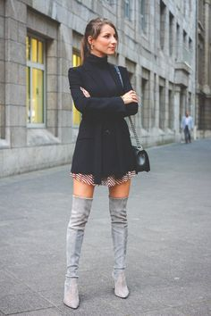 OUTFIT: HOW TO WEAR - OVERKNEE STIEFEL Stuart Weitzman, Pretty Outfits, Cool Outfits, Crotch Boots, Over The Knee Boot Outfit, Sexy Boots, High Boots, Skirts With Boots, Winter Fashion Outfits