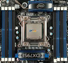 Intel DX79SI to pierwsza płyta główna przeznaczona dla nowych procesorów Sandy Bridge-E. Została ona wyposażona w najnowszą podstawkę LGA2011 oraz chipset Intel X79. Sprawdzamy, czym wyróżnia się na tle konkurencji i czy warto ją kupić. Intel DX79S to konstrukcja w formacie ATX, która została przygotowana dla procesorów Intela opartych na architekturze Sandy Bridge-E, przez co ma podstawkę LGA2011.