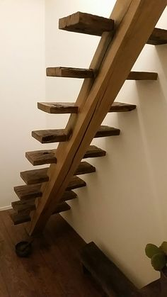 Achterkant van onze houten trap naar het dakterras.