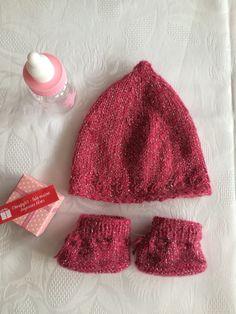 6227cf1963 Bonnet et chaussons pour bébé, taille naissance, ensembe tricot fait mains  en mohair rose fuschia