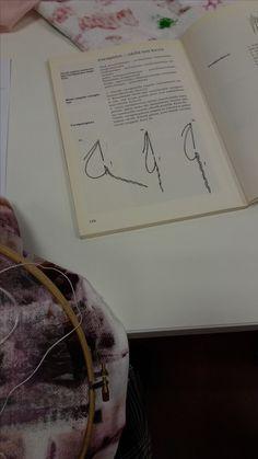 Käytimme apuna pistojen tekemisessä vanhoja kirjontaohjekirjoja, mutta kuvat oli vaikea ymmärtää ilman aiempaa kokemusta kirjonnasta. Opettajamme neuvoi käyttämään varsipistoja työssäni ja ne toimivatkin hyvin halutun kuvion luomisessa. Valkoinen lanka erottui parhaiten tummaa kangasta vasten. En käyttänyt työssä muita pistoja kuin varsipistoja. Aluksi kankaan määrän vuoksi pistojen tekeminen tuntui haastavalta. Kehyksen ulkopuolella oleva kangas tuntui olevan koko ajan tiellä.