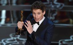"""Eddie Redmayne recebe o prêmio de melhor ator por """"A Teoria de Tudo"""". Foto: John Shearer/Associated Press"""