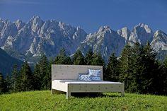 Zirbenbett Gosaukamm - geradliniges Zirbenbett mit schlichtem Design. Metallfrei gefertigt in unserer Tischlerei in Gosau im Salzkammergut.