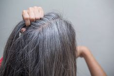 A proper diet plays a very important role in preventing and undermining the emergence of premature gray hair. Certainly, eating fruits and vegetables Grey Hair Growth, Grey Hair Care, Stop Grey Hair, Prevent Grey Hair, Light Hair, Dark Hair, Grey Hair Home Remedies, Hair Turning White, Grey Hair Treatment