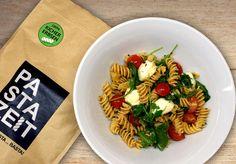Nicht viel Zeit zum Kochen? Für unser leckeres Kichererbsen-Rezept brauchst du nicht viel länger als 5 Minuten! 😋 #pastazeit #nudeln #pasta #kichererbsen #rezept #proteinrezept #pastarezept #nudelrezept #vegetarischesrezept #proteinessen #proteinnudeln #proteinpasta #eiweißrezept #vegetarisch #pastafix #mozzarella #ruccola #tomaten #vonnaturausglutenfrei #nachkochen #fitnessrezept #schnelleküche #singleküche #essenfürzwei #gesundesessen #bewusstgesund #handgemachtenudeln #vollwert… Fusilli, Mozzarella, Pasta Salad, Vegan, Ethnic Recipes, Food, Vegetarische Rezepte, Proper Tasty, Delicious Dishes