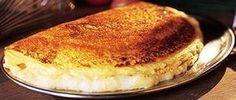 Omelette de la Mère Poulard - 8 œufs - Crème fraîche de Normandie - 60 g de beurre - Sel et poivre du moulin PREPARATION Casser les œufs. Déposer les blancs et les jaunes dans deux saladiers distincts, de préférence à fond arrondi. Battre énergiquement les blancs au fouet. Ajouter une pincée de sel fin. Les monter en neige. Battre, tout aussi énergiquement, les jaunes d'œufs. Saler et poivrer les jaunes. Faire fondre le beurre dans une poêle bien chaude. Monter le feu. Verser les jaunes d'