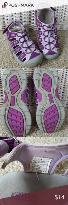Khombu Girls Sandal Water Shoe Size 3 Lots of wear left in these good condition Khombu sandals. Good tread. Good adjustable bungee. Just soiled. Compare to Keen. From a smoke-free home. Khombu Shoes