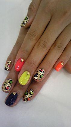 unhas decoradas com oncinhas dourada e multicolor