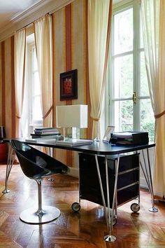 Kartell, made in Milano: Max table & Tatì lamp by F. Laviani. Ero/s/ armchair by Starck. Mobil container by A. Citterio. #kartell #kartellpeople #ilovekartell #picoftheday #instagood #instalover #madeinitaly #design #architecture #interiordesign #richnesst #table #desk #lamp #armchair #container #chestofdrawers #ferrucciolaviani #philippestarck #starck #antoniocitterio #raulberberdelarenal #duomorichnesst #followme #instagram #italianfurniture #raulberber #raulbearbear