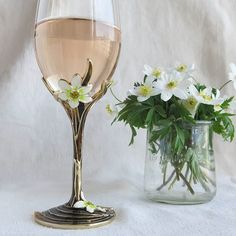 Hyvää äitien päivää kaikille äideille!  #äitienpäivä #roseeviini #rosee #valkovuokko #kevät #viini #valkovuokot #viinilasi #juhlajuoma #sunnuntai #toukokuu