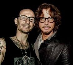 Chester Bennington and Chris Cornell what a beautiful photo of the two singers that clearly had the most Amazing Voice Chester Bennington Tattoo, Charles Bennington, Chris Cornell Music, Audioslave Chris Cornell, Linkin Park Chester, Mike Shinoda, Rock Legends, Beautiful Smile, Beautiful People