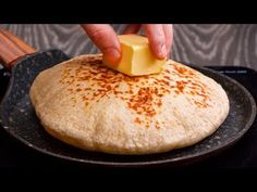 Senza uova o forno! Focacce veloci fatte in casa | Saporito.TV - YouTube Kefir, Cornbread, Baked Potato, Spicy, Cooking, Breakfast, Ethnic Recipes, Youtube, Sweet Bread