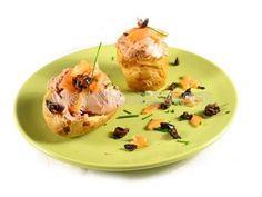 Receta de patatas asadas al microondas con paté, salmón y tapenade de olivas negras   EROSKI CONSUMER