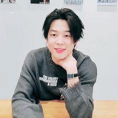 Animated gif discovered by ɢᴏʟᴅᴇɴ ɪᴅᴏʟ⁷. Find images and videos about gif, bts and jungkook on We Heart It - the app to get lost in what you love. Billboard Music Awards, Bts Jimin, Guinness, Mochi, Justin Bieber, Kpop, Jimin Black Hair, Bts Aesthetic, Pre Debut