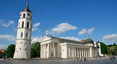 És la plaça república de Lituania, és la principal del centre históric de Vilna. Esta enfront de la Catedral de estil neoclásic. En aquesta plaça és celebren fires, trobades de gent del poble, desfilades militars, actes públics, grans concerts, exposicions i festes de Cap d'any.